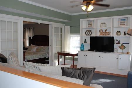 424 Thames 1 bedroom 1 bath with roof top deck - Newport - Apartament