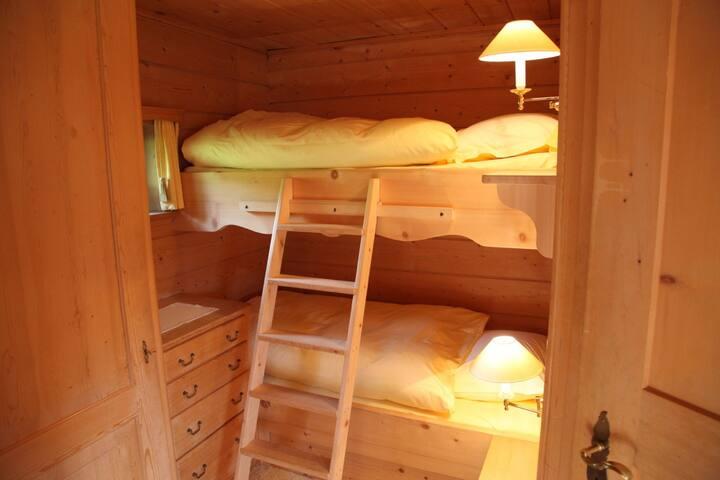 Schlafabteil für zwei Personen (Babybett und Sofa für jüngeres Kind zusätzlich)