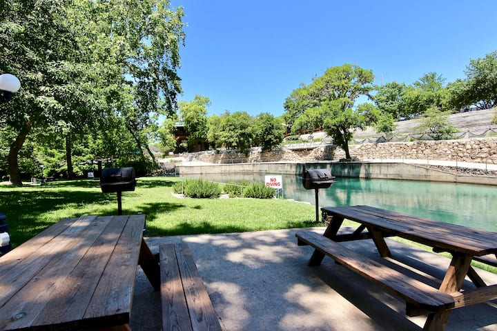 Comal Hideaway | On River | Sleeps 6 | WiFi