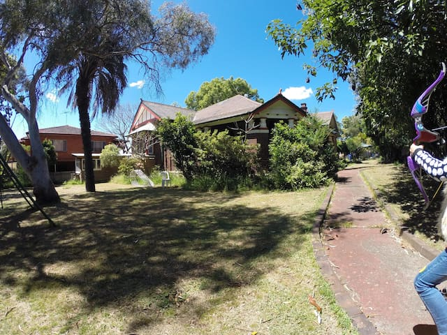 Luxury room in a historic house, big outdoor space - Burwood Heights - Huis
