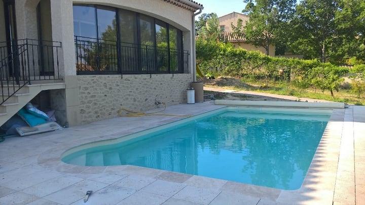 studio greoux au calme en rdj villa avec piscine