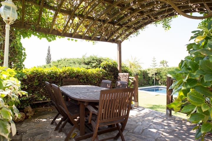 Private Double room in Luxury Vila w/pool (Sitges)