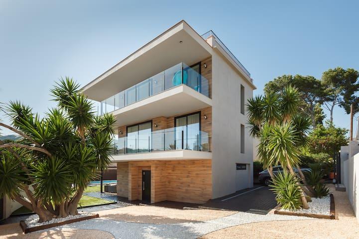 Villa cerca del mar con piscina