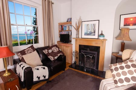 Cottage by the beach with fantastic sea views - Freshwater