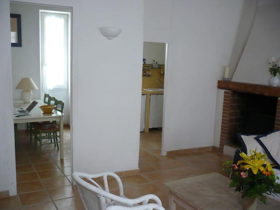 Salon avec ouvertures vers salle à manger et cuisine