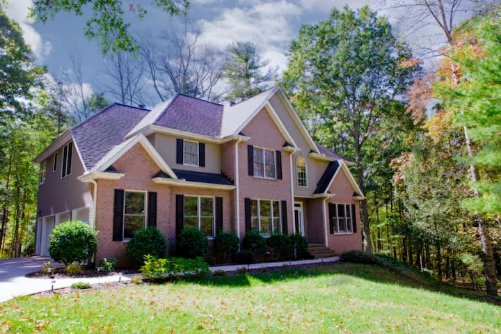 Serenity Falls; Private, 5-Bdrm Asheville Wooded Retreat; Close to Asheville! - Arden - Byt