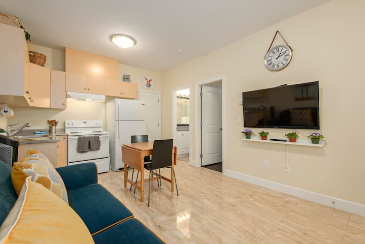 Spring in Your own Private Apartment - Burnaby - Casa