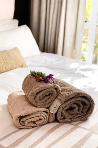 A knee blanket and rolled towels with fresh flowers and chocolates to welcome our guests. An extra warm blanket is available from the cupboard.