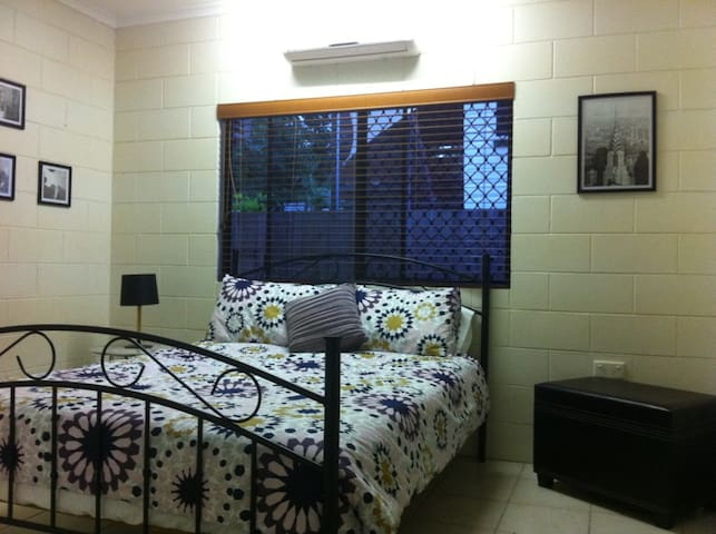 Bright & Breezy - great location with great advice - Cairns North - Rumah