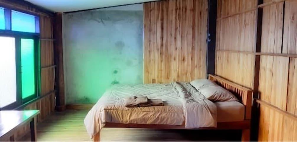 ด้านบนห้องไม้  ห้องนอนเตียงเดี่ยว(double bed)  นอนได้ 2 คน
