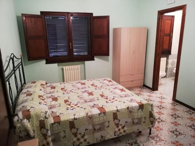 Camera con bagno privato, soggiorno e cucina