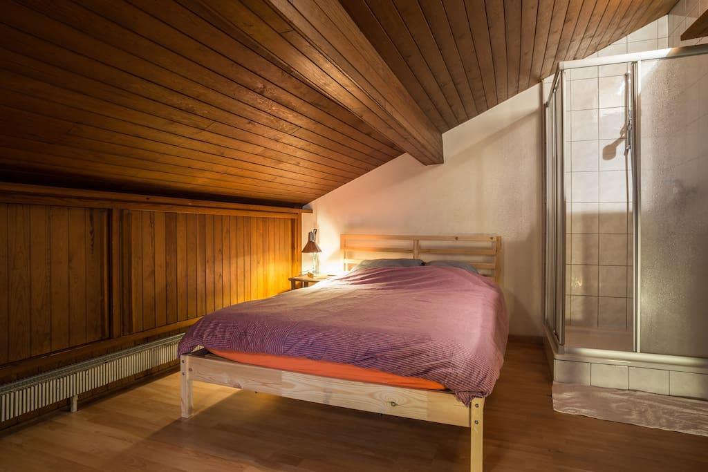 Bedroom, attic, 2nd floor, w/ shower// Chambre à coucher, 2ème étage, mansardée, avec douche