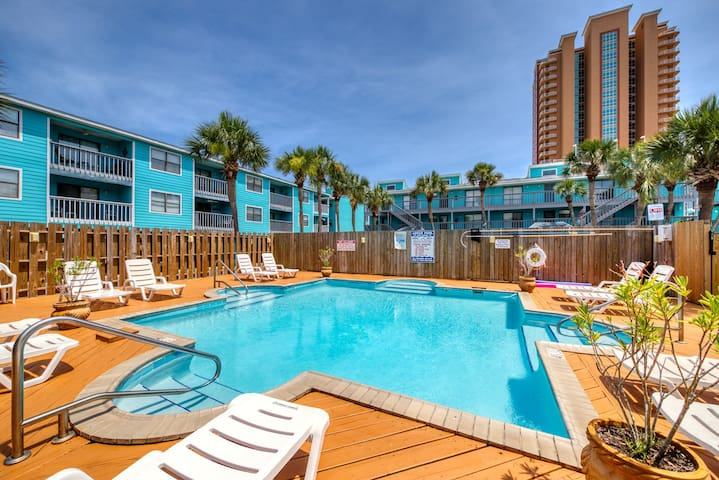 Condo with parking and location near the beach, shared pools, amazing views