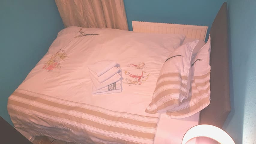 Amazing Single room with a comfortable double bed.