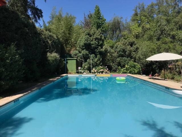 Casa, quincho y piscina en granja agroecológica.