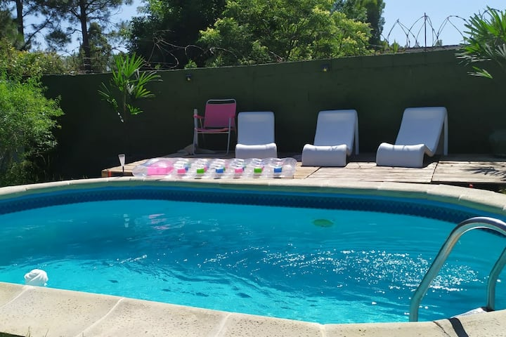 Casa con piscina a una cuadra de la rambla