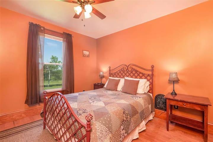 Bedroom 5 - Paleo - 1 queen bed + en-suite bathroom