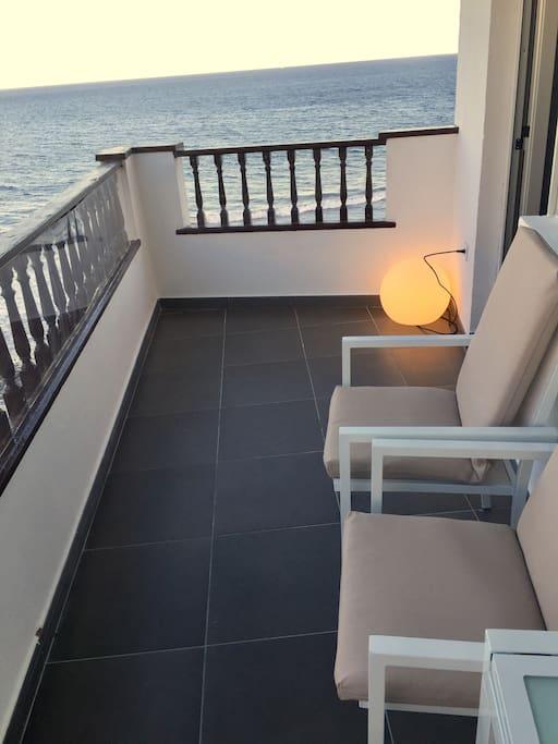 Estupendo atardecer desde el balcón con vistas al mar y la piscina