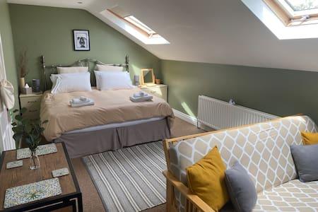 Spacious en-suite Family Room by the sea. Sleeps 4