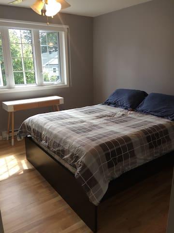 En: Room with Queen size bed. Possibility to add a single floor mattress (for a kid).    Fr: Chambre principale  avec grand lit. Possibilité de rajouter un futon (simple) pour enfant.