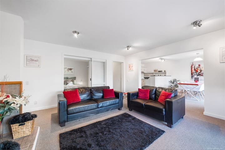 Queenstown Delight.Central and Warm 1 Bedroom Apt.