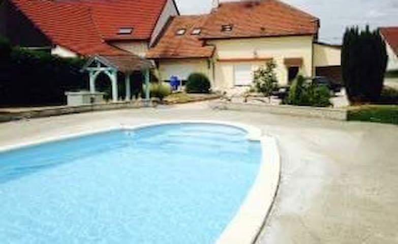 Chambre + salle de bain privée + accès piscine - Crissey - บ้าน