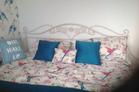 Double bed in 4 bed detached house - Canterbury - Casa