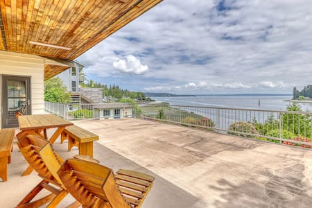 Golf family home w/ water front & view, cable, WiFi & fire pit!