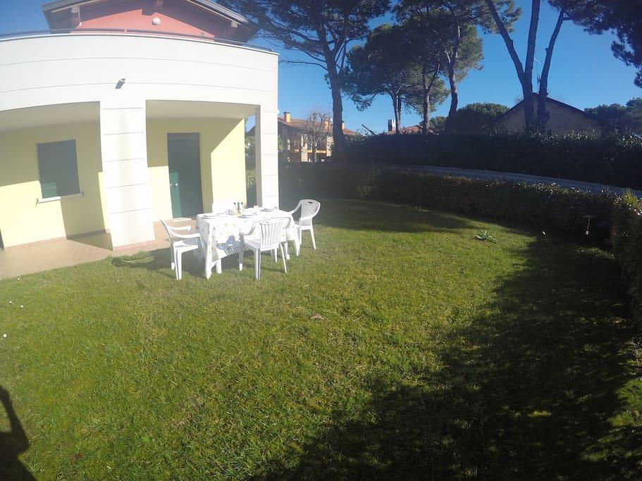 giardino privato e portico pavimentato
