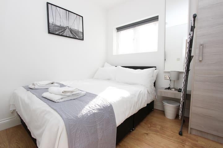 Double Room with En Suite in Bathroom Wembley AD3