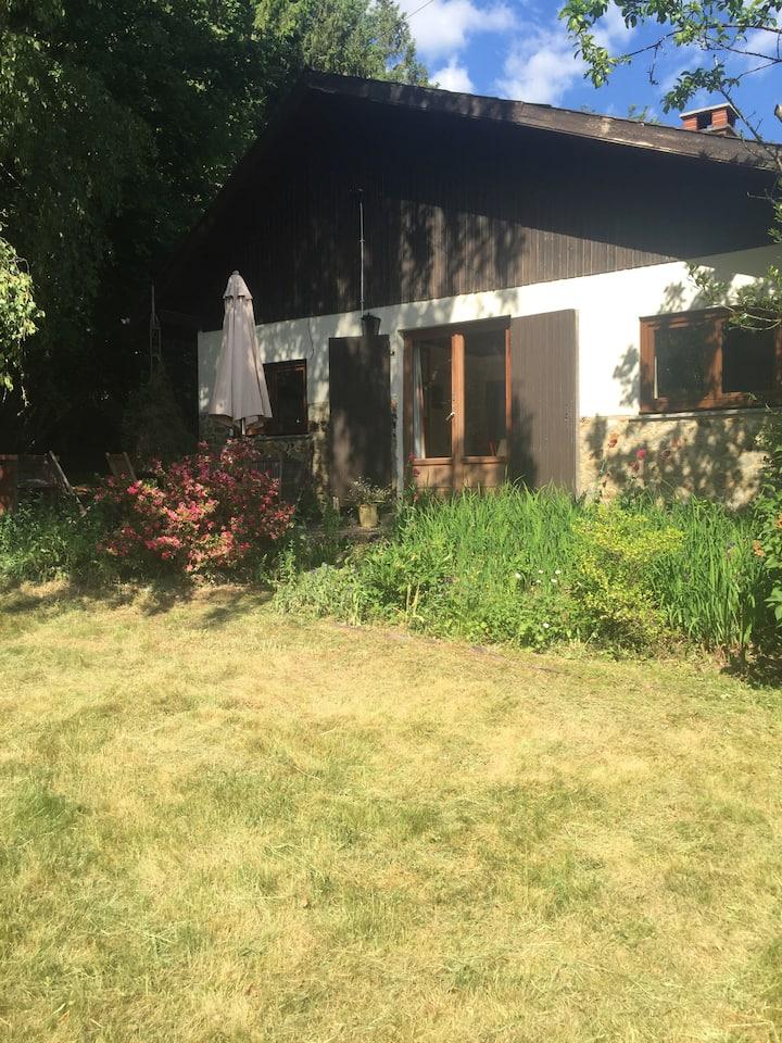 Petite maison chaleureuse à l'orée de la forêt