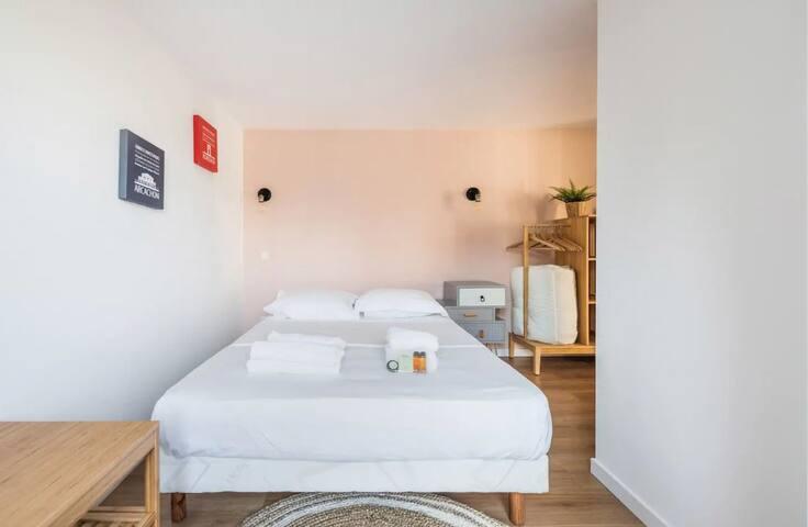 Chambre avec lit-double et penderie