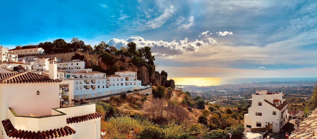 Panoramic views walking distance to Mijas Village