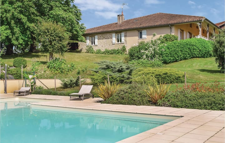 Semi-Detached with 5 bedrooms on 250m² in Bourgougnague