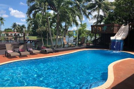 Las Palmas Miami 5/3 Waterfront Home Pool/Tiki