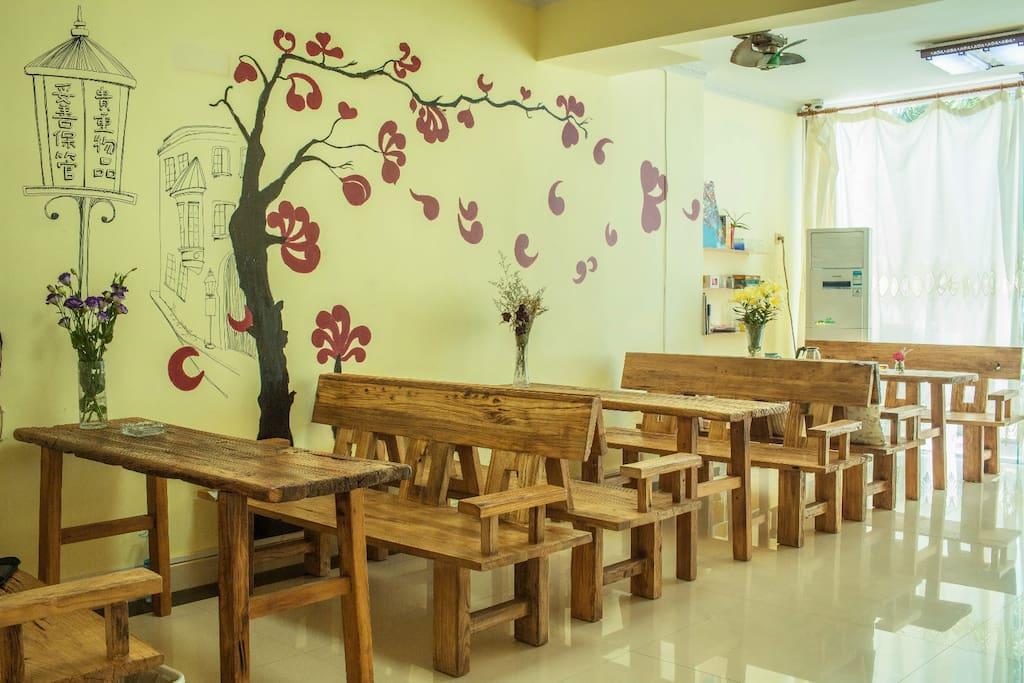60年代的老旧门板改造而成的桌椅,每一块门板都在诉说它们的故事