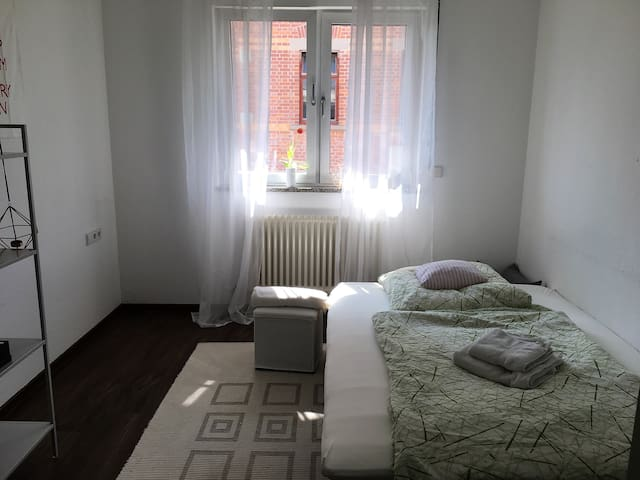 Sunny guestroom, close to Stuttgart, S-Bahn - Herrenberg - Apartment