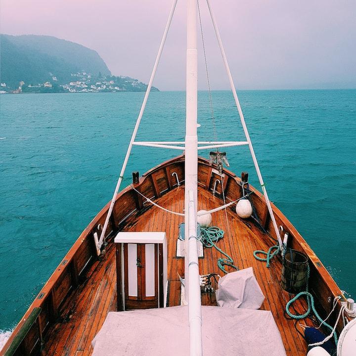 Sølvskjær -Stay on a traditional wooden boat!