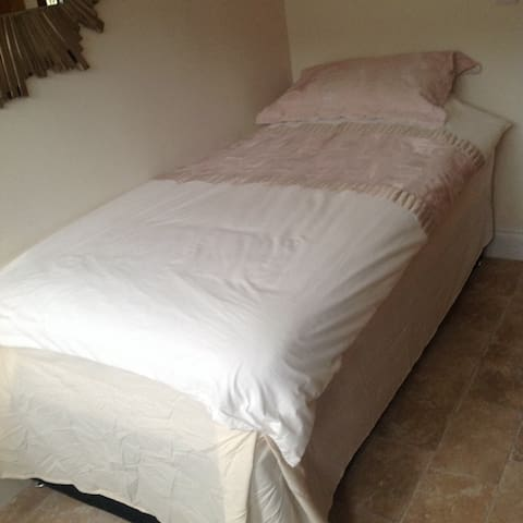 Private House, single bedroom £35