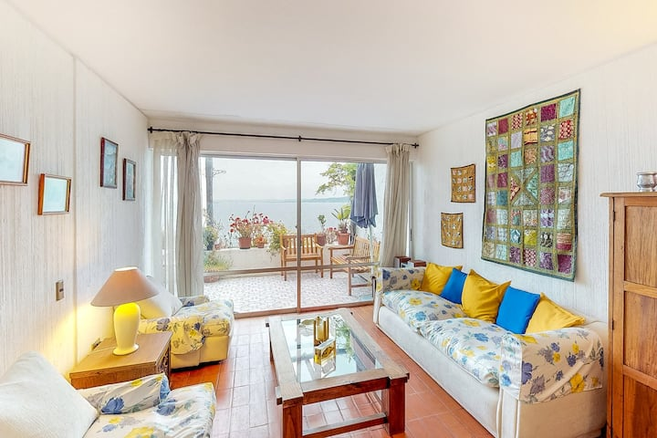 Wonderful oceanfront condo w/furnished balcony overlooking the bay