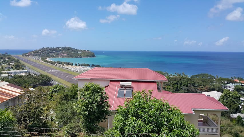 Very homey with spectacular views - Castries City - Huis