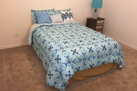 Private bedroom with adjacent bath. - Litchfield Park - 独立屋