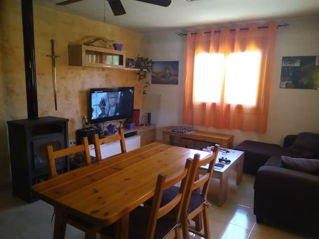 Zona de descanso, comedor con gran TV, wifi...