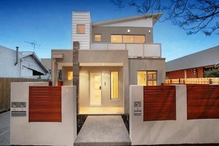 Stylish Modern Home with private Lounge Room - Moonee Ponds - Talo