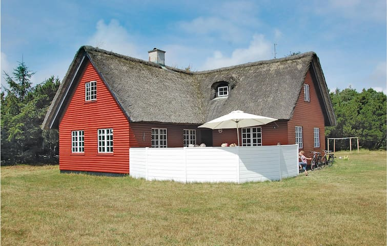 Holiday cottage with 5 bedrooms on 200 m² P32431
