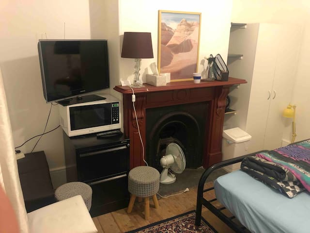 Bright Private Room with twin beds,close to City