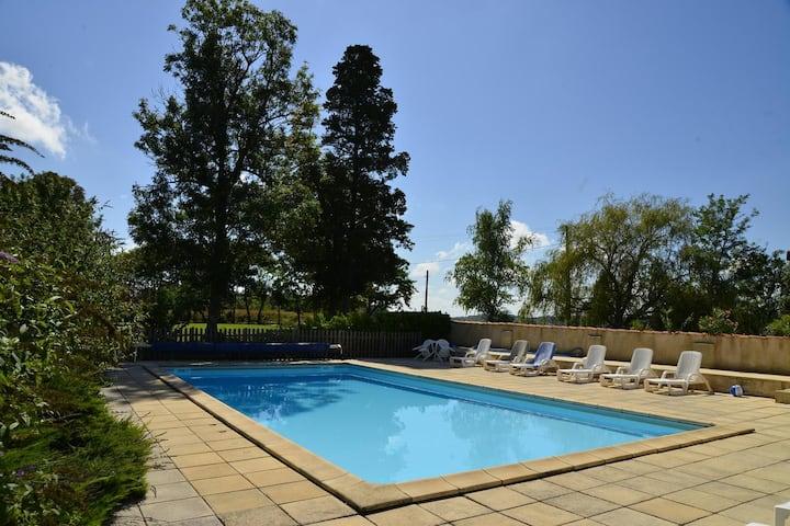 Lusso, logement dans beau domaine avec piscine