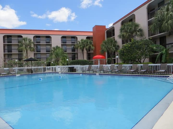 SPECIAL DEAL! 2 Units for 8, Pool, Breakfast!