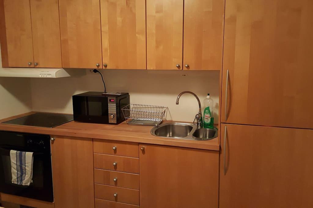 Köket har spis, ugn, micro,  kylskåp och frys.