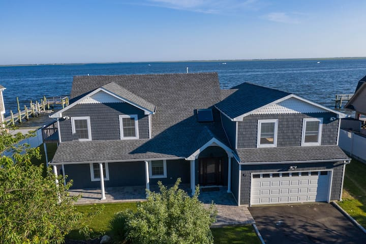 Bayfront house w/incredible beach views, free WiFi and close to the beach!
